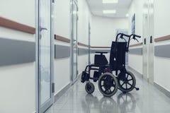Rollstuhl wartet auf Patienten in der Klinikhalle lizenzfreie stockfotografie