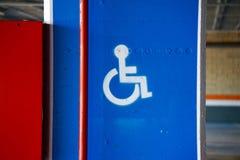 RollstuhlVerkehrszeichen auf der Stra?e in der Stra?e stockfotografie