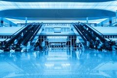 Rolltreppe in der Bahnhofshalle Stockbild