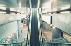 Rolltreppe an der Bahnstation Stockbilder
