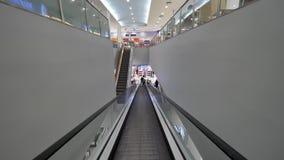 Rolltreppe in der ersten Personenansicht des Malls Rolltreppe für verzeichnen unten zum Boden eines Einkaufszentrums in einer Lis stock video