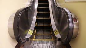 Rolltreppe, die, in Bewegung hochschiebt stock footage