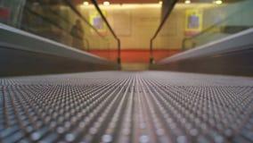 Rolltreppe, die geht einen Tiefstand zu erreichen stock video