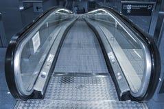 Rolltreppe, die unten geht. Lizenzfreies Stockfoto
