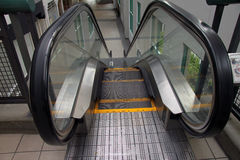 Rolltreppe, die unten geht Lizenzfreie Stockfotografie