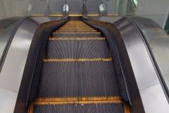 Rolltreppe, die unten geht Lizenzfreies Stockbild
