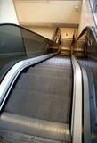 Rolltreppe, die unten geht Lizenzfreie Stockfotos