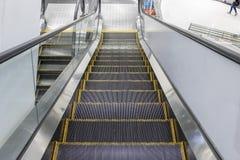 Rolltreppe, die unten mit Seiten versieht Stockfotos
