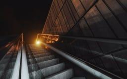 Rolltreppe draußen während der Nacht stockfotos