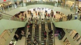 Rolltreppe in einem beschäftigten Einkaufszentrum stock video footage