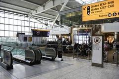 Rolltreppe an Heathrow-Flughafen lizenzfreie stockbilder