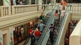 Rolltreppe im Einkaufszentrum stock footage