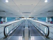 Rolltreppe im Flughafen lizenzfreie stockbilder