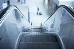 Rolltreppe im Flughafen Stockbild