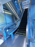 Rolltreppe im Kaufhaus stockfotografie