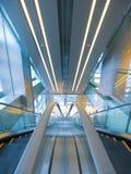 Rolltreppe im Kaufhaus lizenzfreie stockfotos