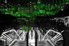 Rolltreppe mit grünem Leuchter oben lizenzfreies stockfoto