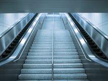 Rolltreppe und Treppe lizenzfreie stockfotos