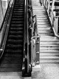 Rolltreppe und Treppe Stockfotos