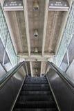 Rolltreppe zur Station der öffentlichen Transportmittel Stockfotos
