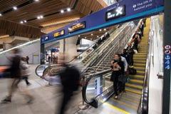 Rolltreppen an der London-Brücken-Station Stockbild