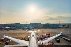 Rolltreppen im Flughafen Stockfotografie