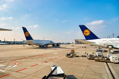 Rolltreppen im Flughafen Stockfotos