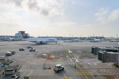 Rolltreppen im Flughafen Stockbild