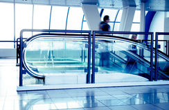 Rolltreppen im modernen Geschäftszentrum Stockbilder