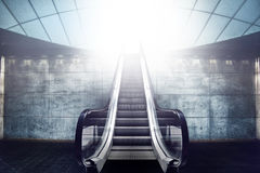 Rolltreppen-Treppenhaus und Ausgang zum Licht Lizenzfreie Stockbilder