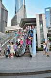 Rolltreppen und gedrängter Fußgänger Lizenzfreie Stockfotos