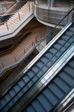 Rolltreppen und Treppen lizenzfreies stockfoto
