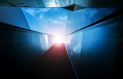 Rolltreppen zum blauen Himmel Stockfotos