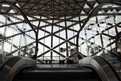Rolltreppenansicht über modernes Einkaufszentrum Balna Budapest des Spitzendesigns stockfotos