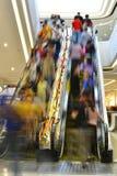 Rolltreppenaufzugskanalkorridor-Durchgangaufzug beeilte sich Reisende Lizenzfreies Stockbild