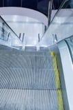 Rolltreppenschritte in einem Innenraum Stockfotos