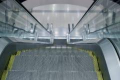 Rolltreppenschritte in einem Innenraum Lizenzfreie Stockfotos