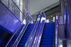 Rolltreppenschritte in einem Innenraum Stockbilder