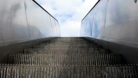 Rolltreppenschritte sind das Steigen im Freien stock footage
