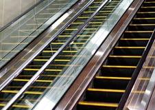 Rolltreppenseitenansicht mit Fliesenwand lizenzfreies stockbild