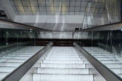 Rolltreppentreppe, die in modernes Bürogebäude hochschiebt Lizenzfreie Stockbilder