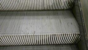 Rolltreppentreppe, die von der U-Bahn steigt stock video footage