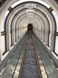 Rolltreppentunnelgehweg stockfotos