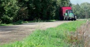 Rolna ciężarówka z przyczepy jazdą na drodze w lecie w dniu zbiory wideo