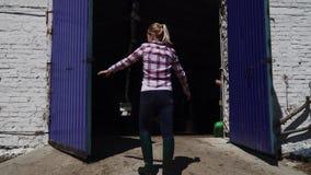 Rolna dziewczyna otwiera bramę stajnia zbiory wideo