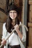 Rolna dziewczyna trzyma jej baraniego gromadzi się kij wśrodku stajni Fotografia Stock