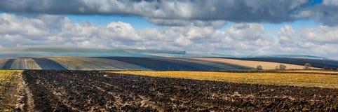 Rolne śródpolne linie grunt orny krajobraz przy wiosna czasem zdjęcia royalty free