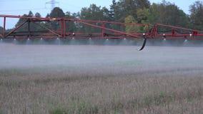 Rolnego ciągnika natryskownicy narzędzia praca w jesieni ziemi uprawnej 4K zbiory wideo