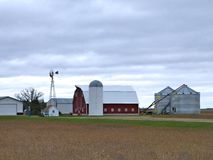 Rolni budynki z aktywnym wiatraczkiem na chmurnym dniu w Minnestoa fotografia stock