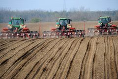 Rolni ciągniki zasadza pole Obrazy Royalty Free